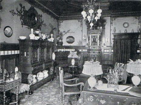 Vardagsrummet då familjen August T Carlson bodde i huset.